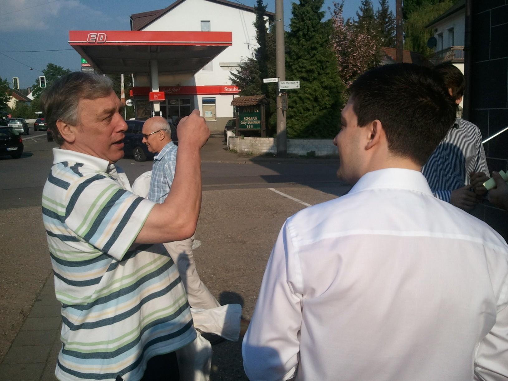 Sebastian Greiber verteilt mit den JuLis Wadgassen Ostergrüße in Wadgassen