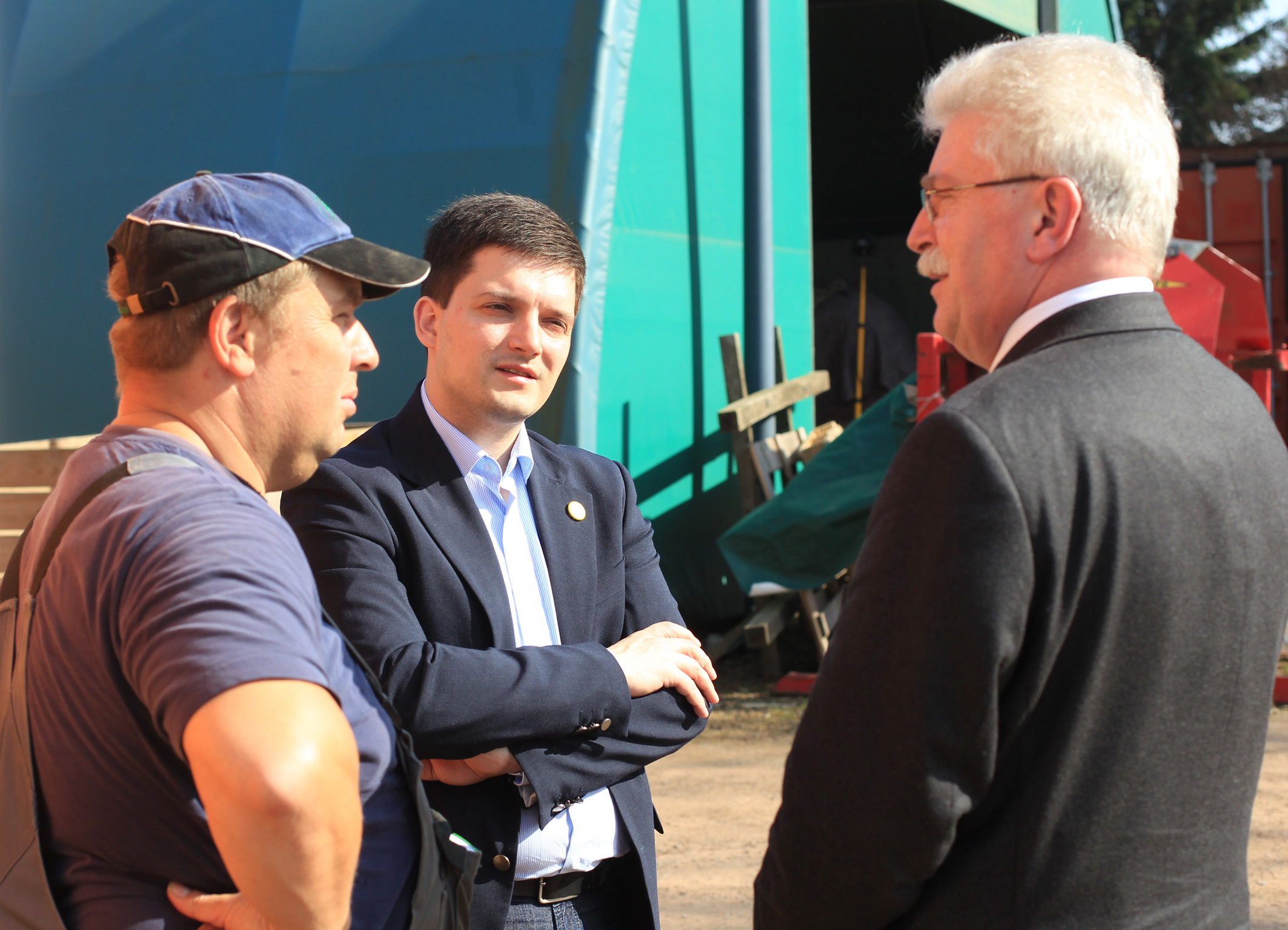 Der bayerische Wirtschaftsminister Martin Zeil und Sebastian Greiber am 16.03.2012 beim Bio-Bauern Comtesse in Wadgassen-Schaffhausen.