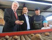 Sebastian Greiber beim Betriebsbesuch bei Bio-Bauer Comtesse in Schaffhausen