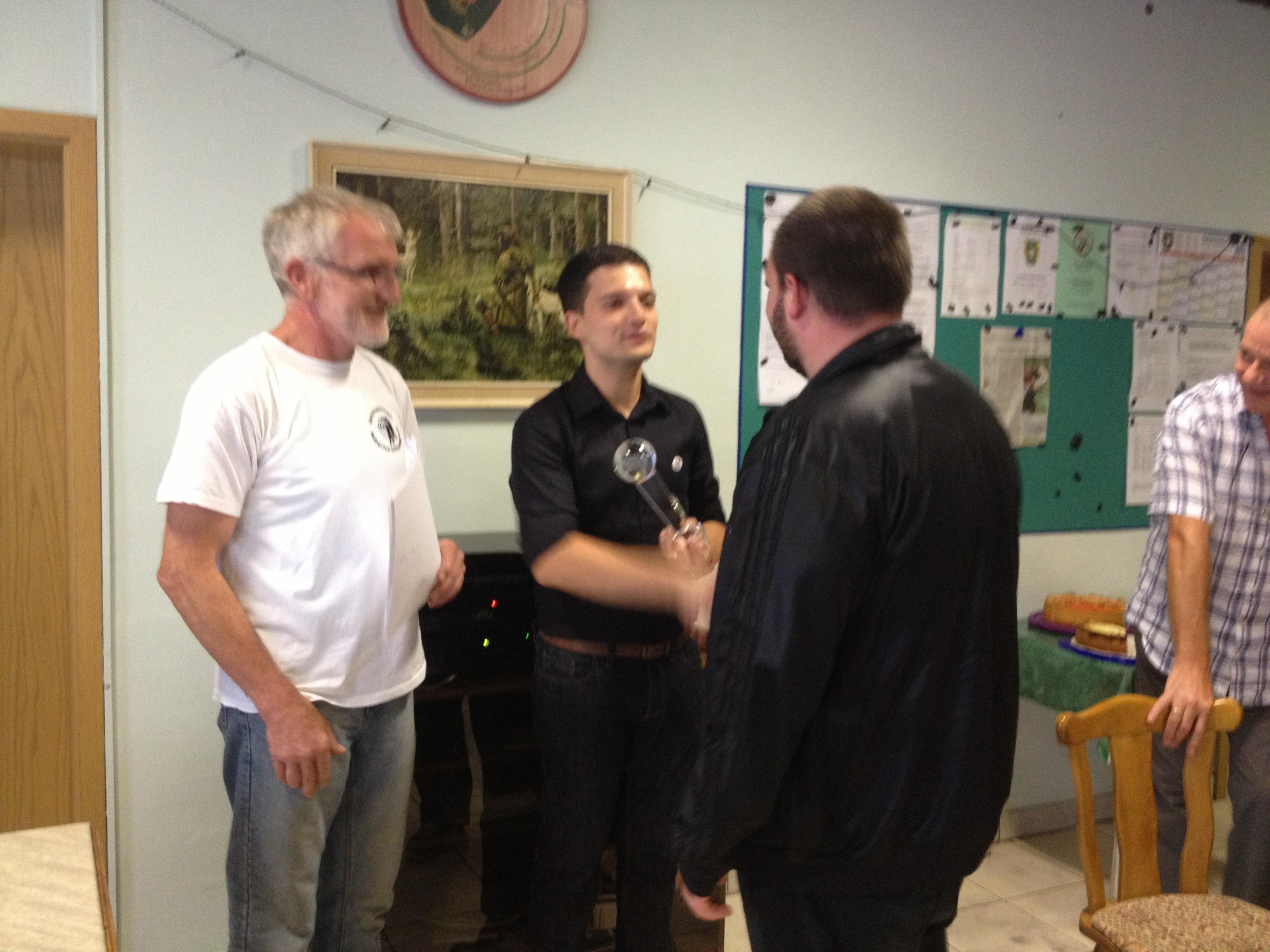 Sebastian Greiber besucht den Schützenverein Hubertus Differten beim Ortspokalschießen und übergibt den Ortspokal an den Kaninchenzuchtverein Differten.