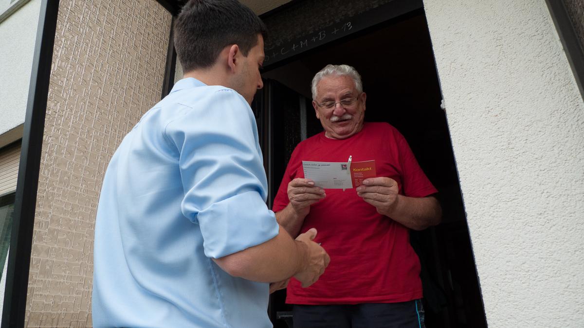 Der freie Bürgermeister Kandidat Sebastian Greiber stellt sich persönlich bei seinen Haustürbesuchen in Differten vor.