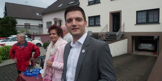 Der freie Bürgermeister Kandidat Sebastian Greiber bei der Eröffnung der Kirmes in Friedrichweiler. Mit einem schönem Umzug durch den Ort, haben sich auch viele Zuschauer vom schlechten Wetter nicht abhalten lassen.