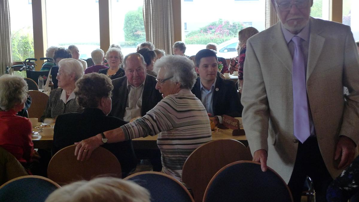 Auch in diesem Jahr besuchte der freie Kandidat zur Bürgermeisterwahl in Wadgassen, Sebastian Greiber, den Seniorennachmittag in Schaffhausen.