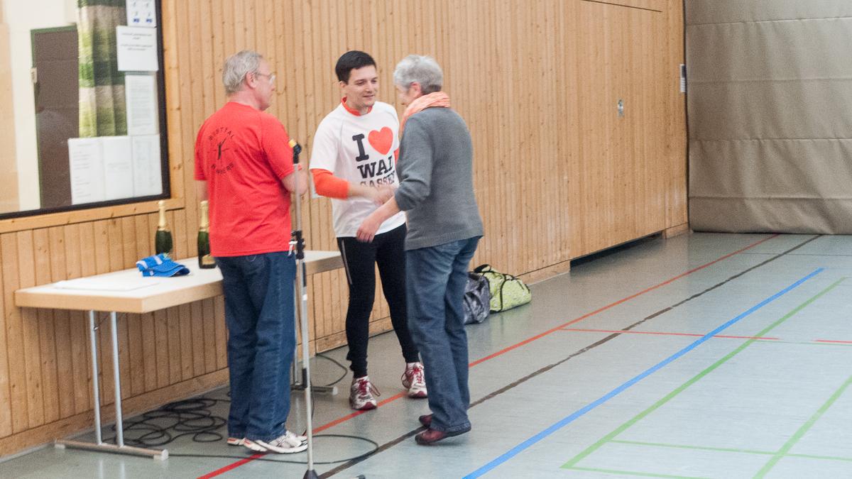 Mit rund 170 Teilnehmern war der Freundschaftslauf der Bisttal Runners in Differten eine der größten Laufveranstaltungen. Der freie Kandidat für die Bürgermeisterwahl, Sebastian Greiber, sprang gerne spontan nach dem 8km Lauf bei der Siegerehrung ein und half Hubert Beck bei der Prämierung der Läufer.