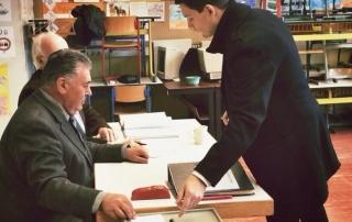 Sebastian Greiber bei der Stimmabgabe zur Bürgermeisterwahl in Wadgasssen