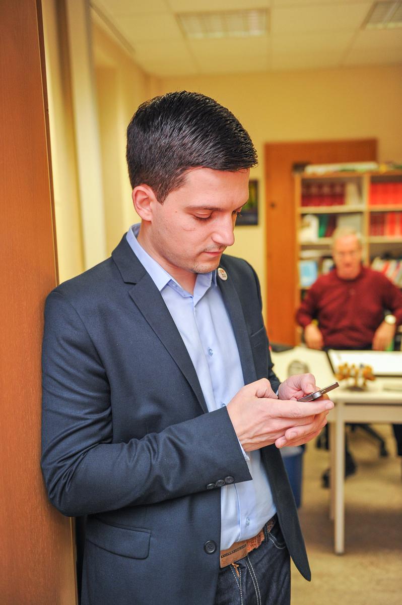 Sebastian Greiber wartet auf das Ergebnis der Bürgermeisterwahl in Wadgassen am 8.12.2013 (Foto: Tobias Wilhelm)