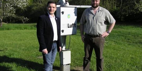 Sebastian Greiber besichtigt die Wetterstation von Alexander Burg in Friedrichweiler