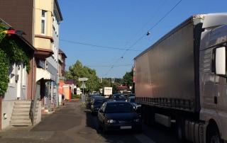 Durch die Umleitung des Schwerlastverkehrs von der Autobahn kommt es zu erheblichen Behinderungen in Wadgassen (Aufnahme vom 16.6. 8:30 Uhr)