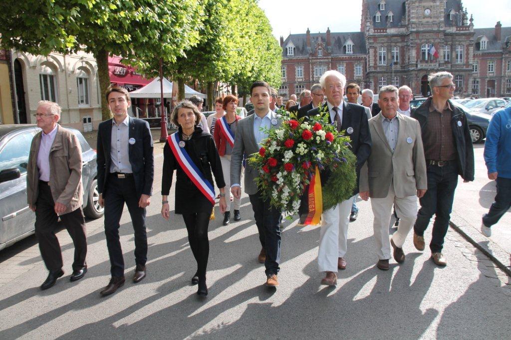 Mit einem großen Defilée - begleitet vom örtlichen Orchesterverein - legte Bürgermeister Sebastian Greiber gemeinsam mit Helmut Lorson einen Kranz der Gemeinde Wadgassen vor dem Place Roger Salengo am Rathaus von Arques nieder.