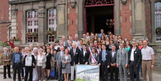 Sehr gut kam bei den französischen Nachbarn das Gastgeschenk des Wadgasser Bürgermeisters an seine neue Kollegin an. Die Differter Künstlerin Mecki Ganster malte eigens ein prachtvolles Bild des Abteihofes mit dem dazugehörigen Arques Platz.