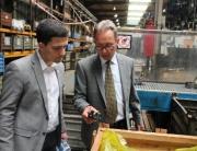 Dr. Ing. Wolfgang Specht erläuterte Bürgermeister Greiber bei einem Rundgang durch das Firmengelände die Betriebsabläufe.