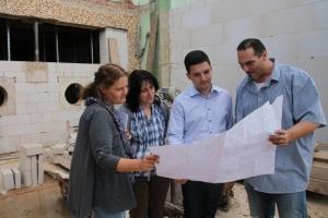 Schulleiterin Lang-Resch und Bürgermeister Greiber informieren sich über den aktuellen Stand der Umbauarbeiten