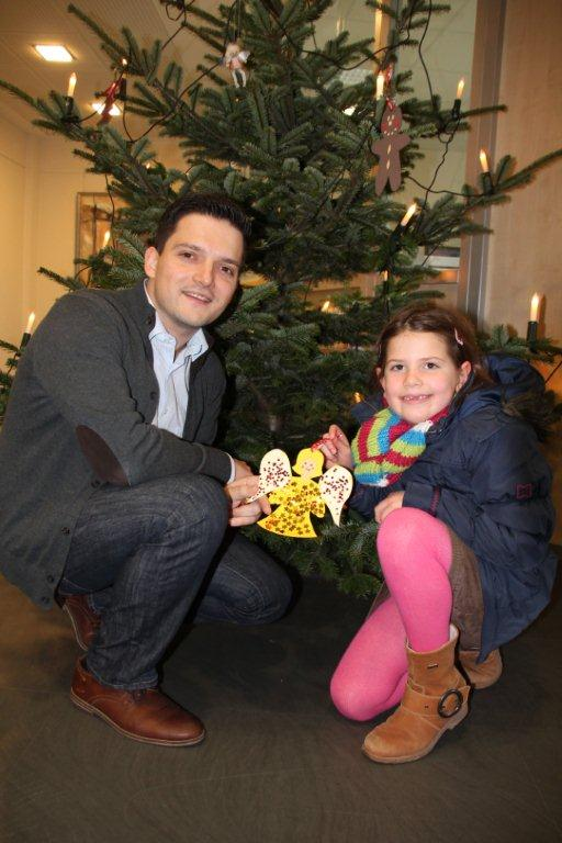 Kinder schmücken den Weihnachtsbaum im Rathaus Wadgassen