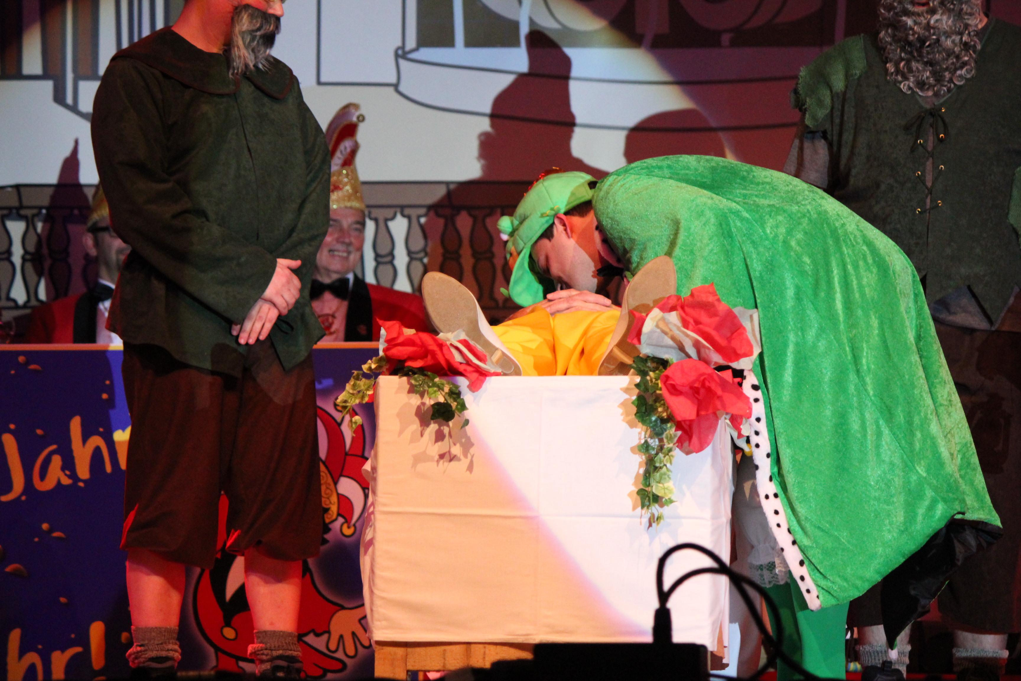 Bürgermeister Greiber küsst als Froschkönig Schneewitte (Gerd Corea) aus dem Schlaf wach
