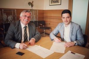 Deutsche Telekom und Bürgermeister Greiber unterzeichnen die Absichtserklärung zum Breitbandausbau in Hostenbach, Schaffhausen und Wadgassen