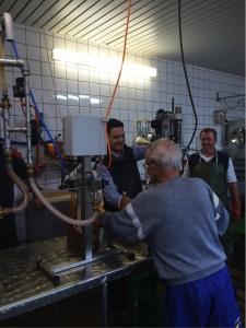 Bürgermeister Greiber half beim Abfüllen des leckeren Friedrichweiler Apfelsaft