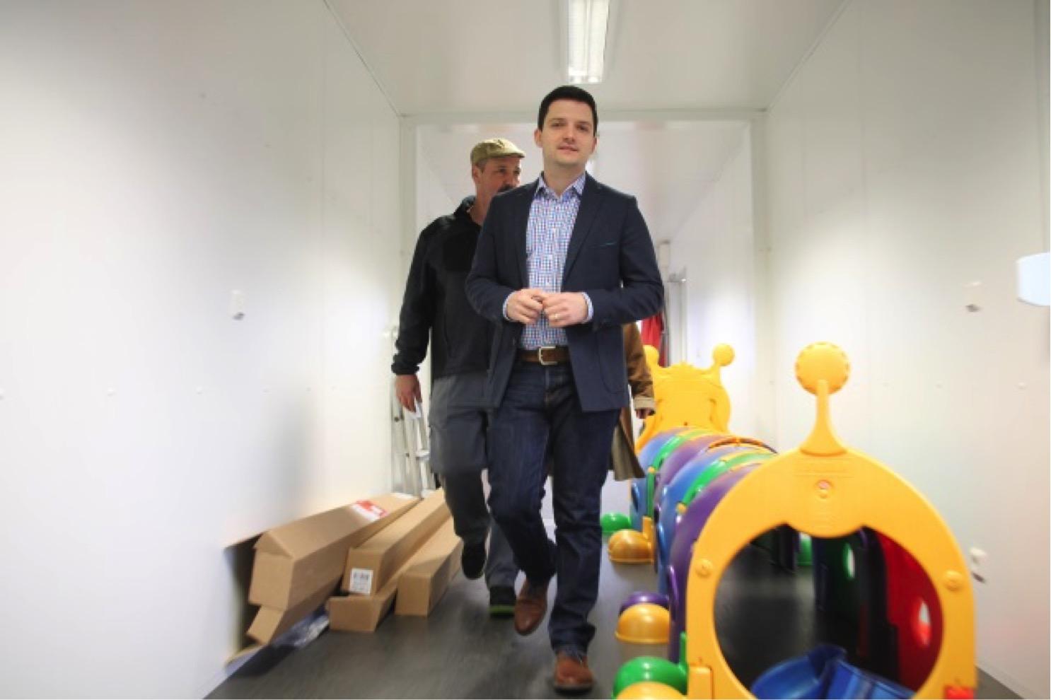 Bürgermeister Greiber besichtigt den Umzug des Kindergarten Schaffhausen