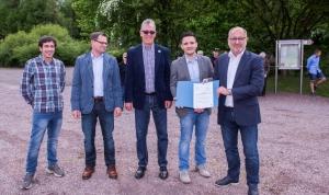 Staatssekretär Roland Krämer überreicht den Bewilligungsbescheid