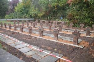 Restaurierungsarbeiten der Soldatengräber auf dem Spurker Friedhof