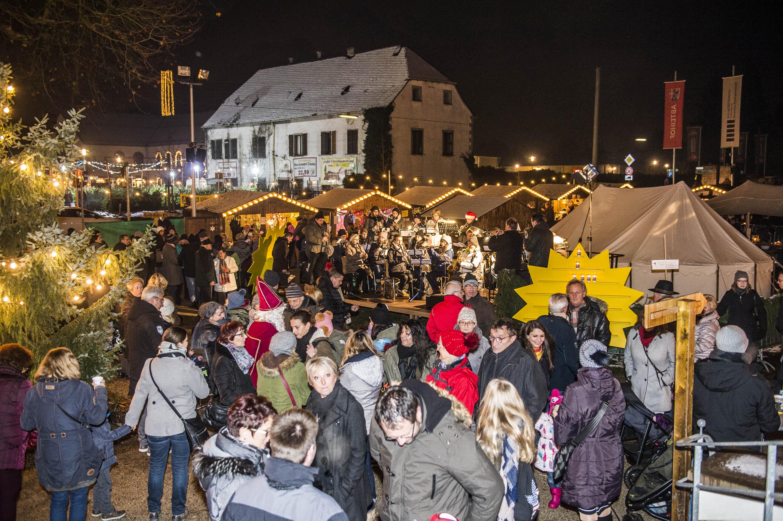Der Weihnachtsmarkt  in Wadgassen vor dem historischen Hofgebaeude.  Foto: Rolf Ruppenthal/ 2. Dez. 2017