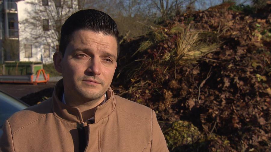 Beim Entsorgungsverband Saar (EVS) gibt es Streit um die Kosten für den Grünschnitt. Wadgassens Bürgermeister Sebastian Greiber (SPD) fürchtet weitere Kostensteigerungen und übt daher scharfe Kritik.